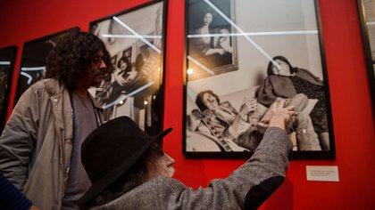 García y Von Quintiero, frente a una foto del homenajeado con Mercedes Sosa