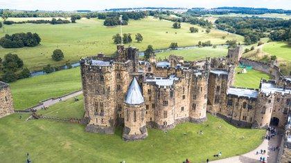 Construido en el siglo XI, el castillo de Alnwick se encuentra en el condado inglés de Northumberland y sirvió como lugar de filmación de Hogwarts en múltiples películas de Harry Potter