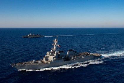 El destructor USS Mustin navega las aguas cercanas a en las Islas Paracel, en el Mar Meridional, donde el régimen chino efectuó disparos misilísticos (U.S. Navy)