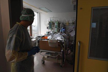 Un médico revisa a un paciente con coronavirus en la sala de cuidados intensivos del Hospital Robert Bosch en Stuttgart, Alemania, el martes 12 de enero de 2021 (Andreas Gebert / Bloomberg)