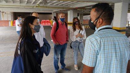 La secretaria de Salud de Cali, Miyerlandi Torres, durante la visita al parqueadero de uno de los principales centros comerciales de la ciudad. / Secretaría de Salud de Cali