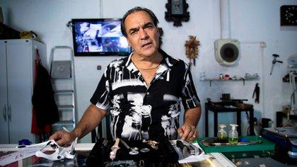 En Uruguay no hay cuarententa y el ex ladrón atiende su joyería.