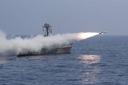 Lanzamiento de un misil desde un lancha rápida iraní (Ejército de Irán/WANA via Reuters)