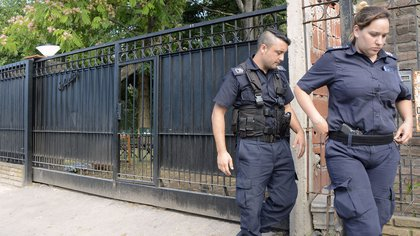 Agentes policiales en la quinta donde murió la joven  162