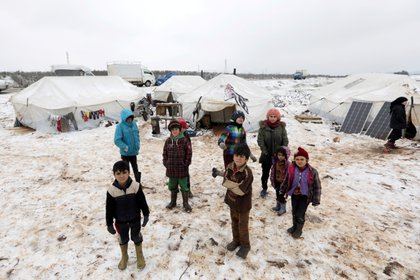 Organizaciones humanitarias temen por los efectos de las bajas temperaturas en la región, mientras miles de desplazadas buscan un refugio (REUTERS/Khalil Ashawi)