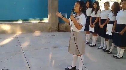 La estudiante recitó el poema frente a sus compañeros y profesores (Foto: Twitter Rubén Luengas)