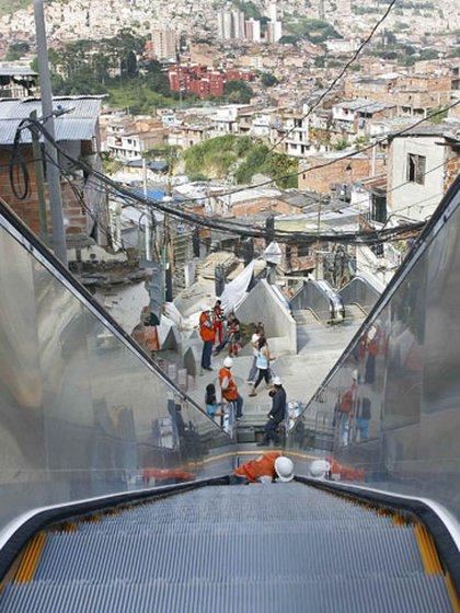 En Colombia, la Comuna 13, cuna de los sicarios de Pablo Escobar, la escaleras mecánicas fueron un éxito. (Foto: Reuters 162)