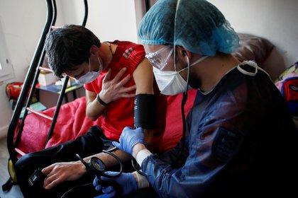 Un estudio de 5.700 pacientes reveló que la hipertensión se registró en el 56,6% de los admitidos en los hospitales por COVID-19. (REUTERS/Benoit Tessier)