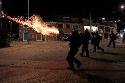 Policía del ESMAD -Escuadrón Móvil Antidisturbios- dispara gas lacrimógeno a los manifestantes en Bogotá durante la huelga nacional de Colombia