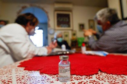 Una trabajadora sanitaria aplica la vacuna de Moderna contra el coronavirus en una residencia de ancianos en Nápoles, Italia (REUTERS/Ciro De Luca)