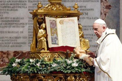 El papa Francisco durante la misa que presidió este miércoles en la Basílica de San Pedro del Vaticano con motivo de la Epifanía. EFE/EPA/KAMIL JASINSKI
