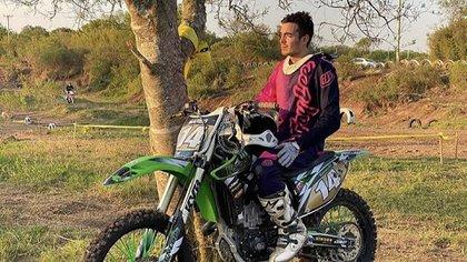 Mares con su moto