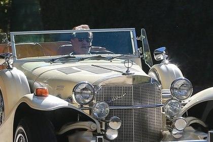 Un paseo distinto. Arnold Schwarzenegger salió a recorrer las calles de Brentwood, California, a bordo de un auto antiguo. El actor se mostró al volante del rodado con lentes de sol y fumando un habano (Fotos: The Grosby Group)