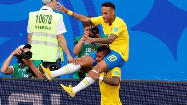 Neymar y Paulinho festejan el primer gol de Brasil ante México (REUTERS/David Gray)