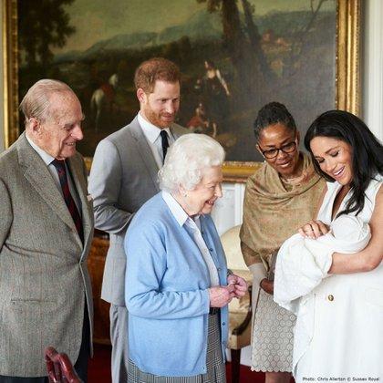 La foto familiar de los duques de Sussex presentando a su hijo Archie Harrison Mountbatten- Windsor