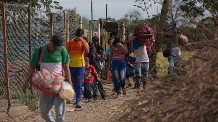 Muchos venezolanos siguen prefiriendo cruzar por vías ilegales (AP Photo/Ariana Cubillos)