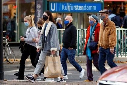 Gente de compras en Berlín. REUTERS/Fabrizio Bensch