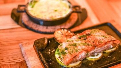 En La Particular de Virginio espera un lomo de salmón servido al estilo parrilla tradicional