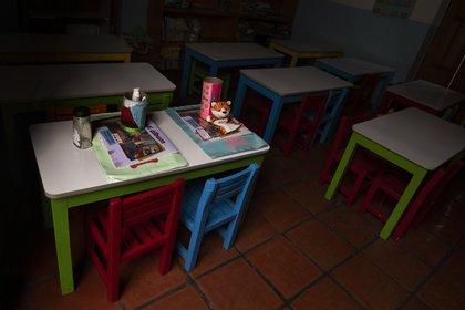 Un aula está vacía en la escuela Casa del Colibri en medio de la nueva pandemia de coronavirus, mientras los estudiantes regresan a clases pero no a las escuelas en la Ciudad de México, el lunes 24 de agosto de 2020. (Foto AP / Marco Ugarte)