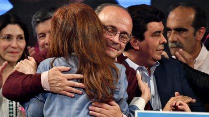 Cristina Kirchner es consolada por Leopoldo Moreau