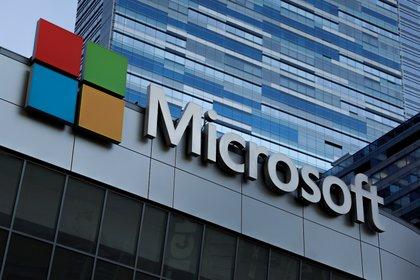 Logo de Microsoft, que ha confirmado su interés por adquirir las operaciones de Tik Tok en Estados Unidos. Foto: REUTERS/Mike Blake