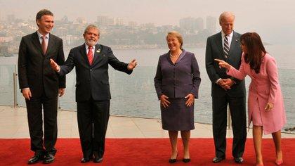Joe Biden participó de la Cumbre de Líderes de Gobernanza Progresista en Viña del Mar el 28 de marzo de 2009. En la foto, junto a Cristina Kirchner, Lula Da Silva, Jens Stoltenberg y Michelle Bachelet (FOTO AFP/Martin Bernettiz)