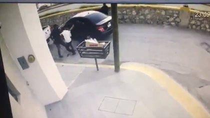 El momento en que un joven, de 24 años, fue plagiado con el fin de robarle su camioneta último modelo  (Foto: Especial)