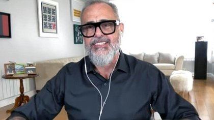 Delante del parlante de fondo del living de Jorge Rial ya no hay mesa redonda