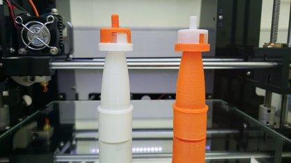 Las válvulas impresas en 3D son modelos económicos diseñados para entregar una determinada cantidad de mezcla aire/oxígeno al paciente grave conectado a un respirador (Foto: Untref)