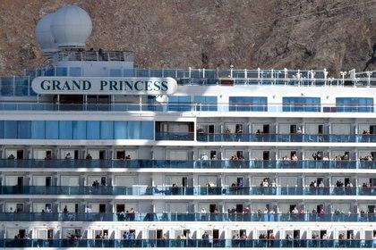 El crucero Grand Princess, con pasajeros que dieron positivo para coronavirus, pasa el puente Golden Gate en San Francisco, California, EEUU (REUTERS)