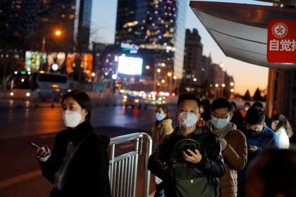 """En China, los residentes pueden descargar una aplicación que indica si usted ha estado en """"contacto cercano"""" con una persona infectada (REUTERS/Thomas Peter)"""