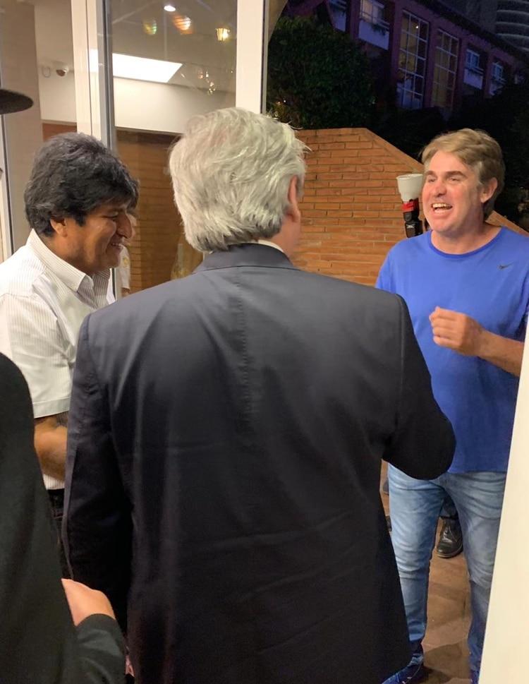 El ex futbolista Leo Fernández junto a Fernández y Morales