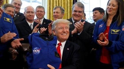 Trump se reúne con ingenieros de la NASA. (Reuters)