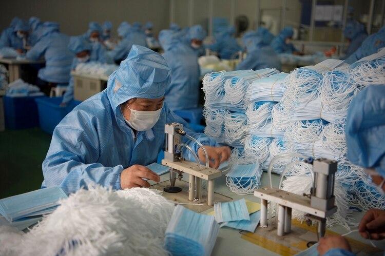 Un empleado trabaja en una fábrica de mascarillas en China (Reuters)