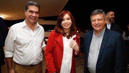 Jorge Capitanich, Cristina Kirchner y Domingo Peppo, sonrisas de ocasión en una interna que resolvió -por ahora- Alberto Fernández