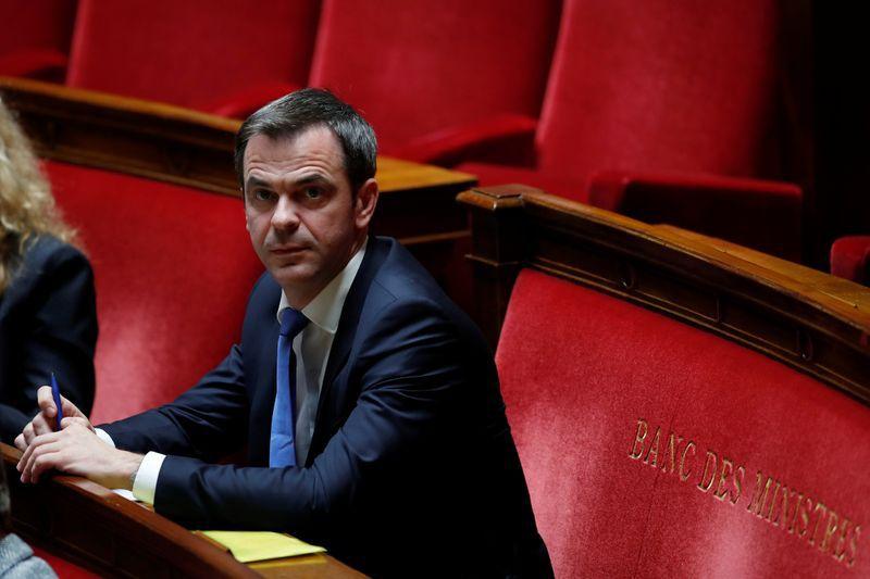 FOTO DE ARCHIVO: El ministro de Sanidad francés Olivier Véran asiste a las preguntas de la sesión gubernamental en la Asamblea Nacional de París, en Francia, el 12 de mayo de 2020. REUTERS/Gonzalo Fuentes/Pool