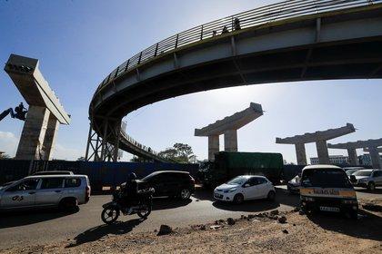Automovilistas circulan por el desvío controlado durante la construcción de la Nairobi Expressway, realizada por la China Road and Bridge Corporation (CRBC) en régimen de colaboración público-privada (PPP), dentro de la carretera de Mombasa-Nairobi en Kenia el 28 de enero de 2021. REUTERS/Thomas Mukoya