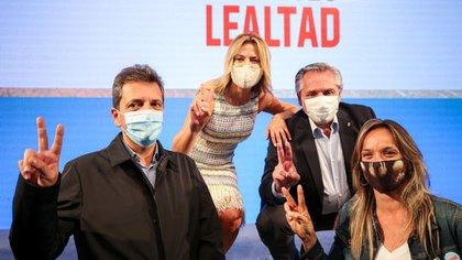 Alberto Fernández, Fabiola Yañez. Sergio Massa y Malena Galmarini, tras el acto del 17 de octubre