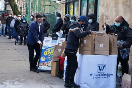 Filas para recibir comida de una beneficencia en Nueva York (Reuters)