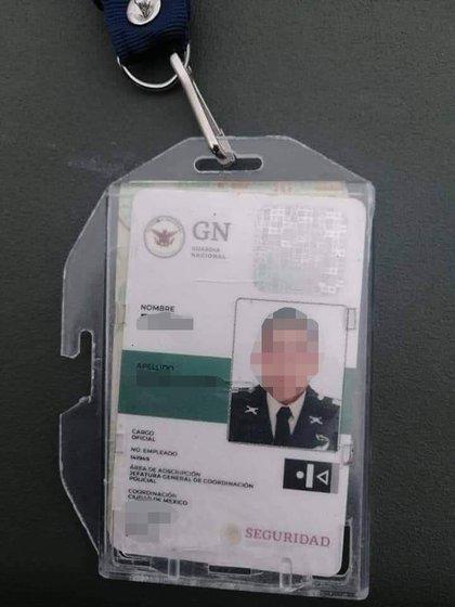Identificación de presunto elemento de la Guardia Nacional que transportaba marihuana y cristal en una camioneta de redilas (Foto: Twitter / @kalycho)