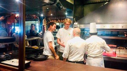 Otra postal de Federer en la cocina del restaurant. Se interesó en la elaboración de los platos