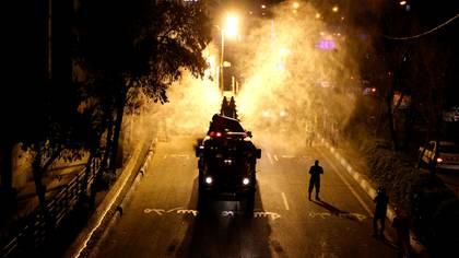 Los soldados iraníes desinfectan calles en el sur de Teherán para detener la propagación del coronavirus (ATTA KENARE / AFP)