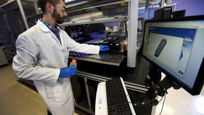 FOTO DE ARCHIVO. Un técnico examina muestras en los laboratorios de la farmacéutica Regeneron, en Tarrytown, Nueva York, EEUU. 24 de marzo de 2015. REUTERS/Mike Segar.