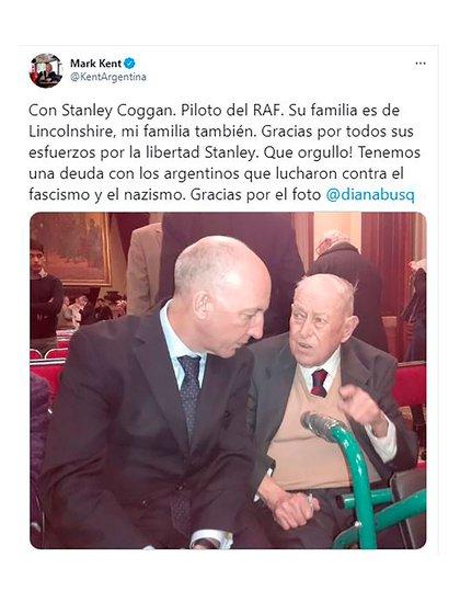 Stanley Coggan junto al embajador británico Mark Kent, que tuiteó la foto de ese encuentro