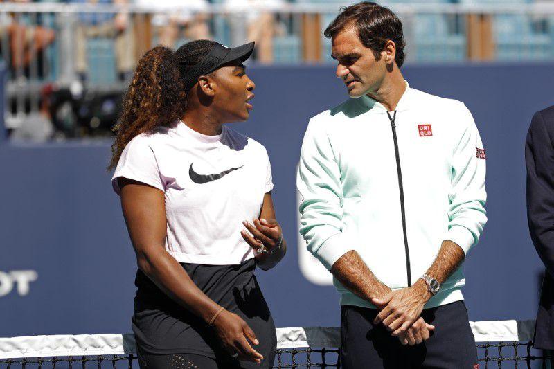Foto de archivo de Serena Williams y Roger Federer durante la ceremonia de apertura de un nuevo estadio para el Abierto de Miami.  Mar 20, 2019;  CRÉDITO OBLIGATORIO: Geoff Burke-USA TODAY Sports