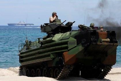 El USS Makin Island puede transportar 1.600 infantes de marina y los medios necesarios para su desembarco, como este vehículo de asalto anfibio AAV-7A1 (REUTERS/Eloisa Lopez/Archivo)