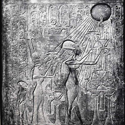 Akhenaton (Amenhotep IV) faraón, reinó desde el 150 a. C., aquí con Nefertiti y sus dos hijas ofreciendo regalos al Sol. Originalmente en el Templo del Sol, Tebas. Foto: (Universal History Archive/UIG/Shutterstock)