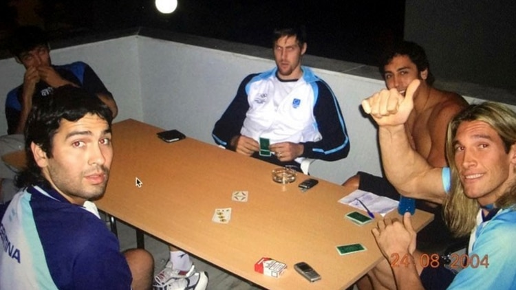 Las cartas, siempre presente en los viajes de la selección argentina de básquet (Gentileza: Marcelo Figueras)