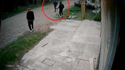 El momento en que los tres agresores enfrentan a pie al auto en el que circulaba Damián Geréz