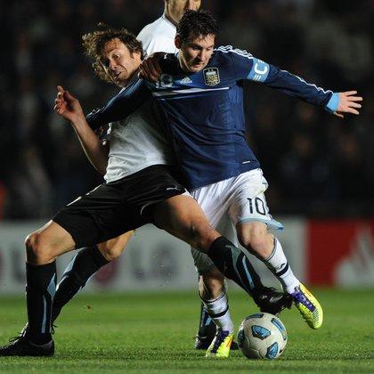 Lugano contra Messi durante la Copa América 2011 que conquistó Uruguay en Argentina (Foto: AFP)